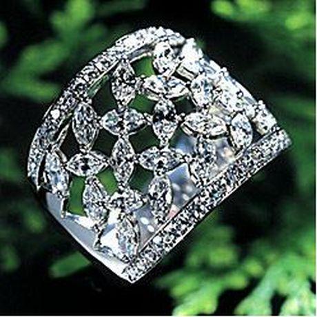 Дизайнеры представили свои коллекции украшений, выполненные из натуральных необработанных камней.