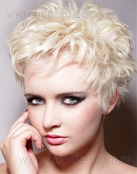Прическа на короткие волосы перышками